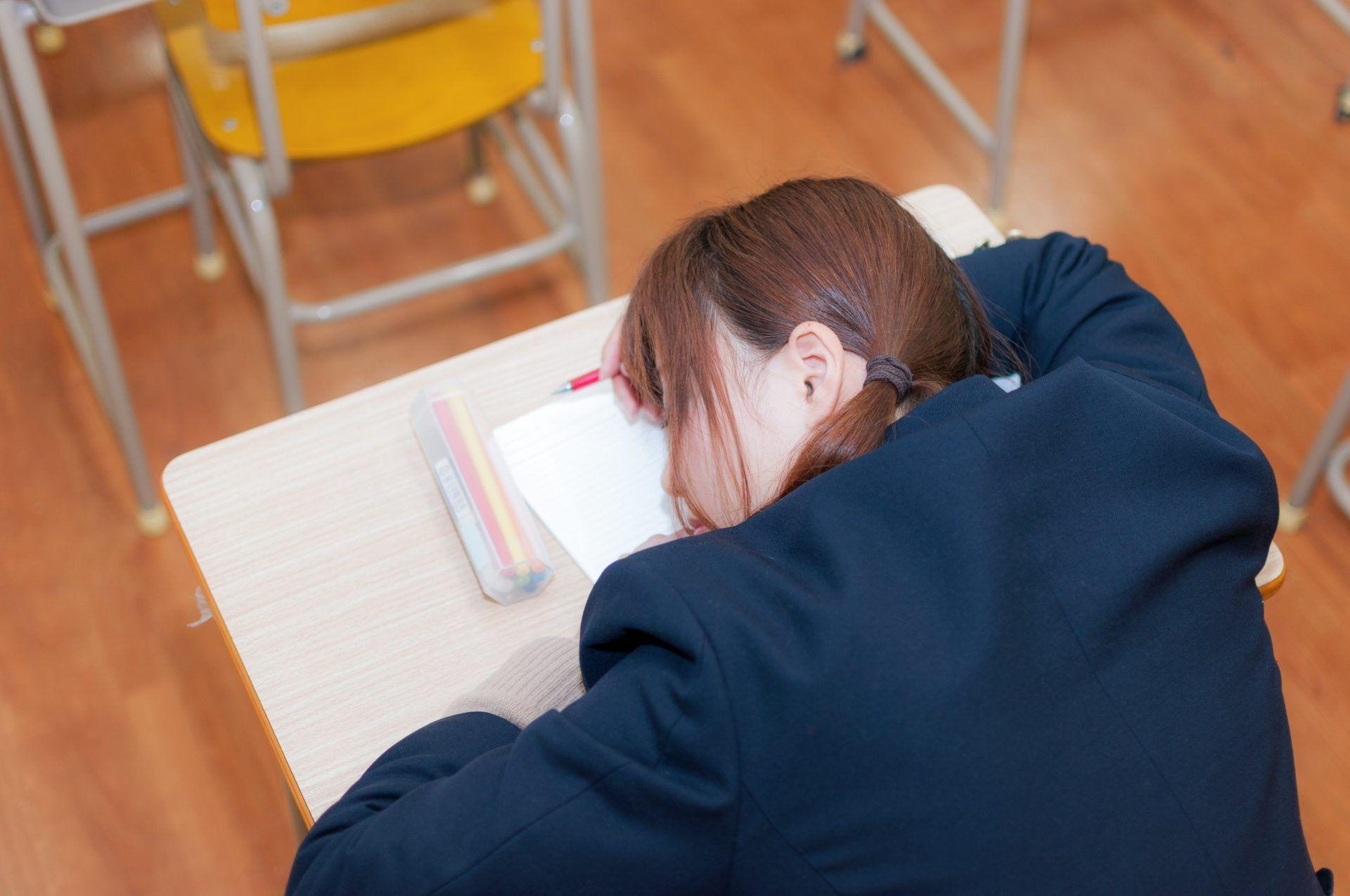 机で寝ている大学受験生