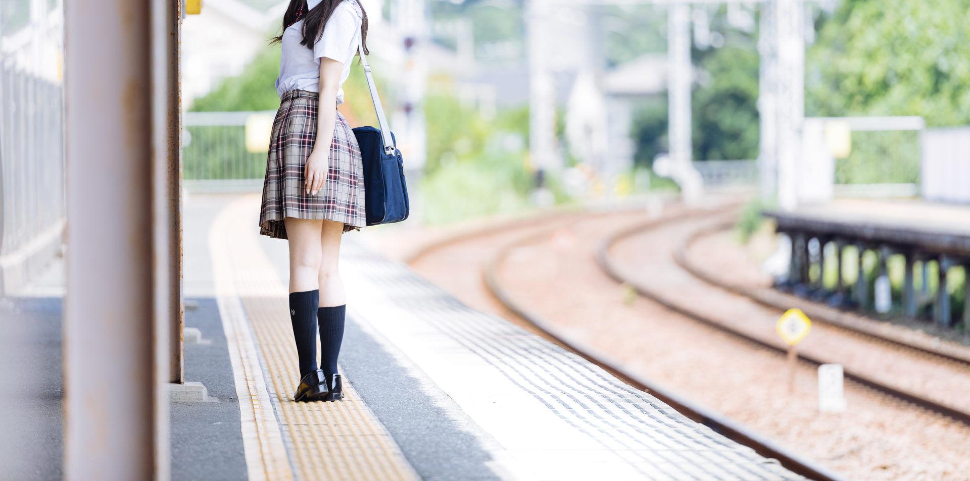 春に電車を待つ高校3年生
