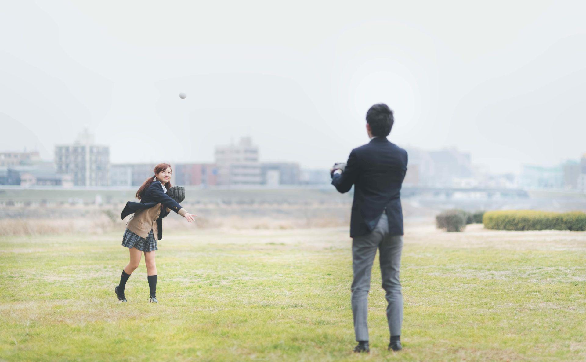 秋にキャッチボールをする高校生