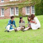 大学のキャンパスで討論する学生
